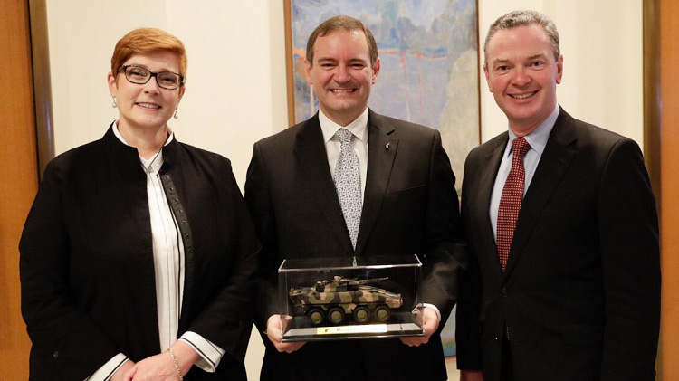 Rheinmetall CEO Gary Stewart, centre, with then Foreign Affairs and Defence Ministers Payne and Pyne